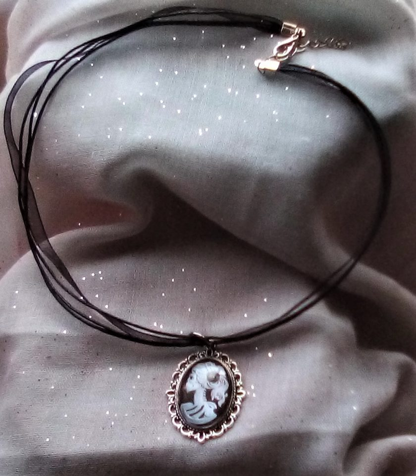 Jewellery: Black and white skull cameo pendant 1