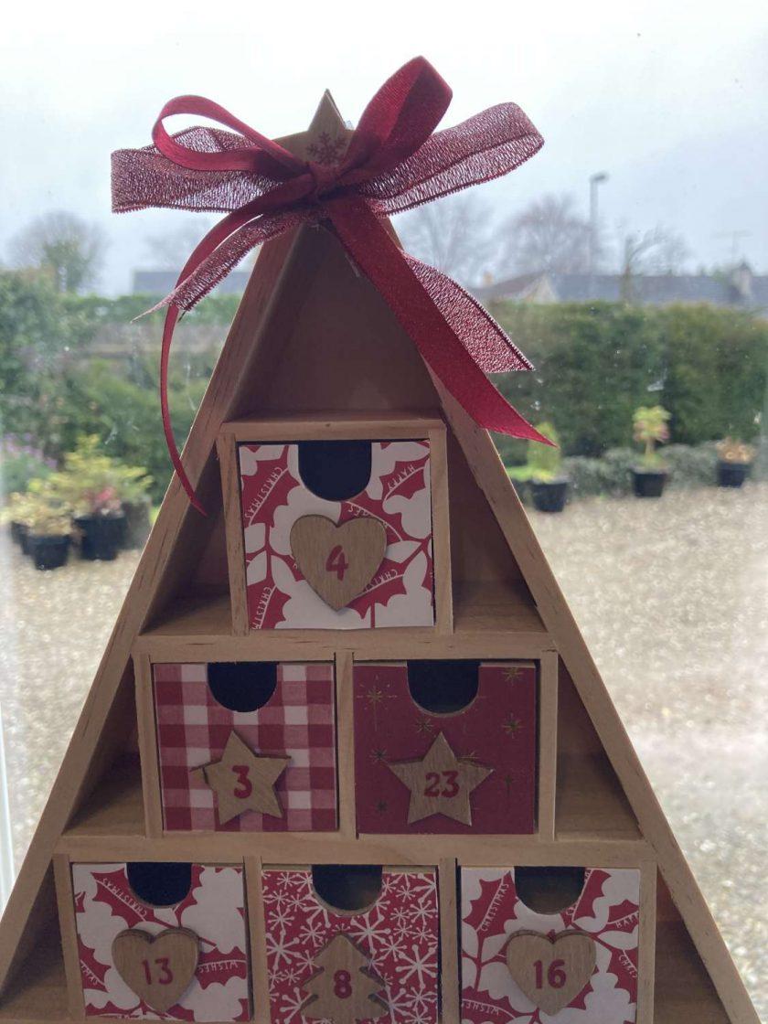 wooden Christmas tree advent calendar / red / fee p.p 3