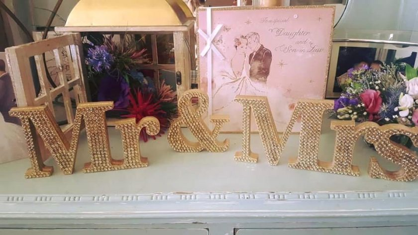 Wedding must have: Mr & Mrs standing Table top decoration/gift