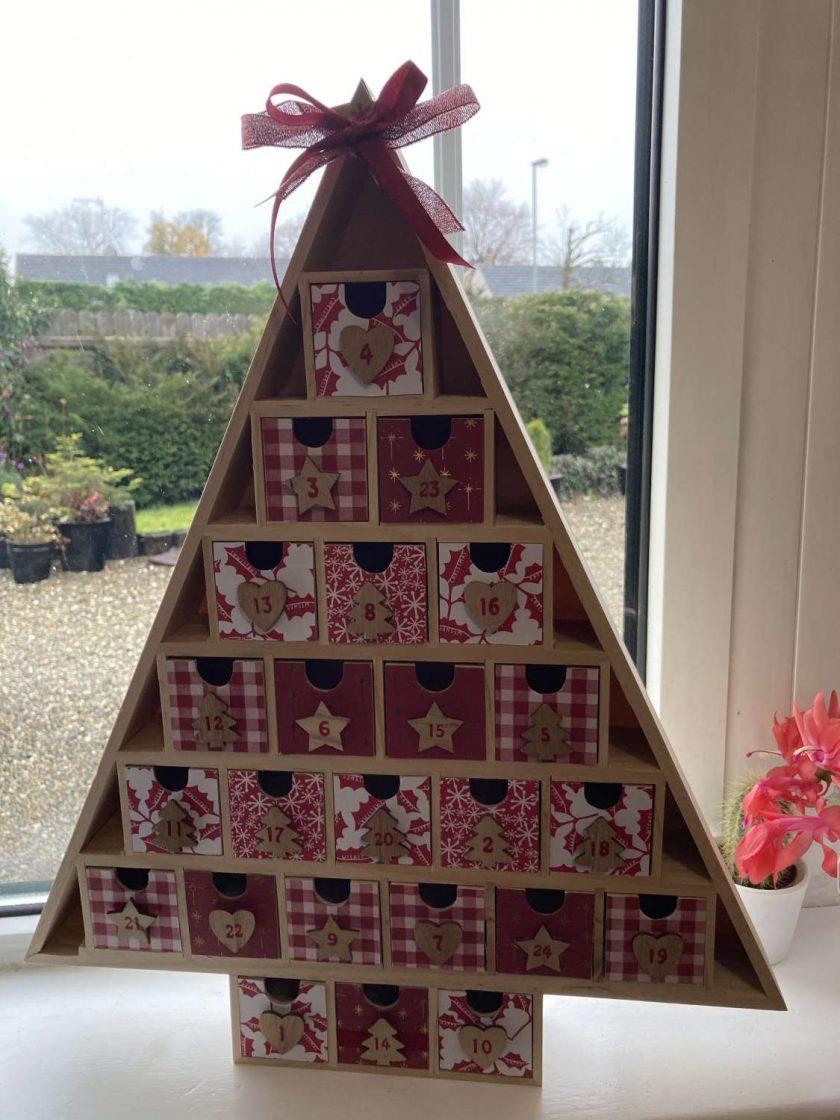 wooden Christmas tree advent calendar / red / fee p.p 1