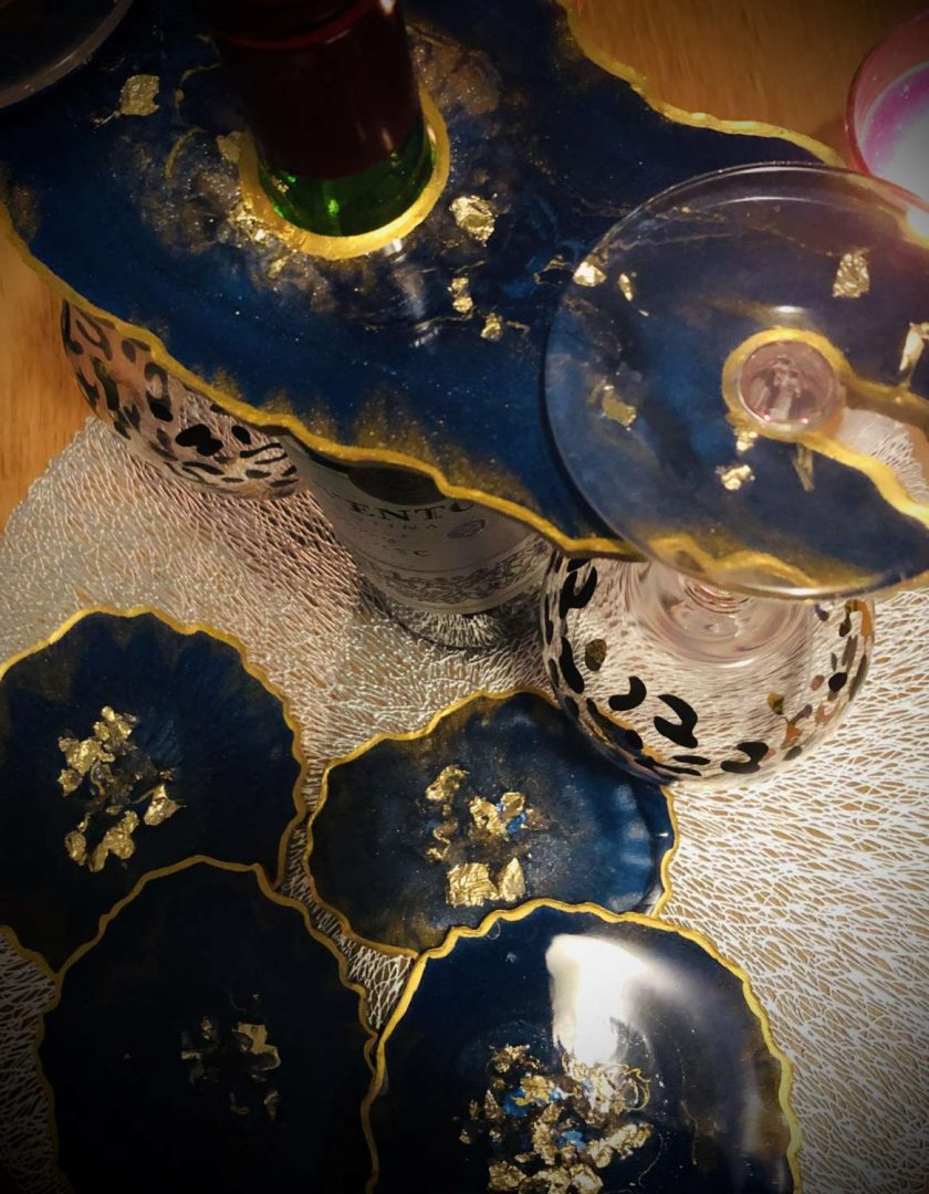 Blue and gold agate resin coaster set (x4) with wine butler 1