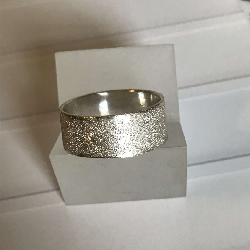 Gorgeous sterling silver ring with a bright sparkling textured finish  size P 3