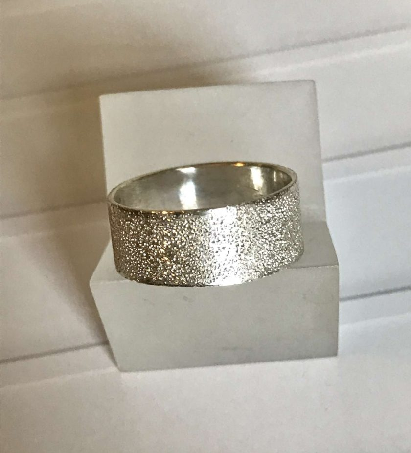 Gorgeous sterling silver ring with a bright sparkling textured finish  size P 1