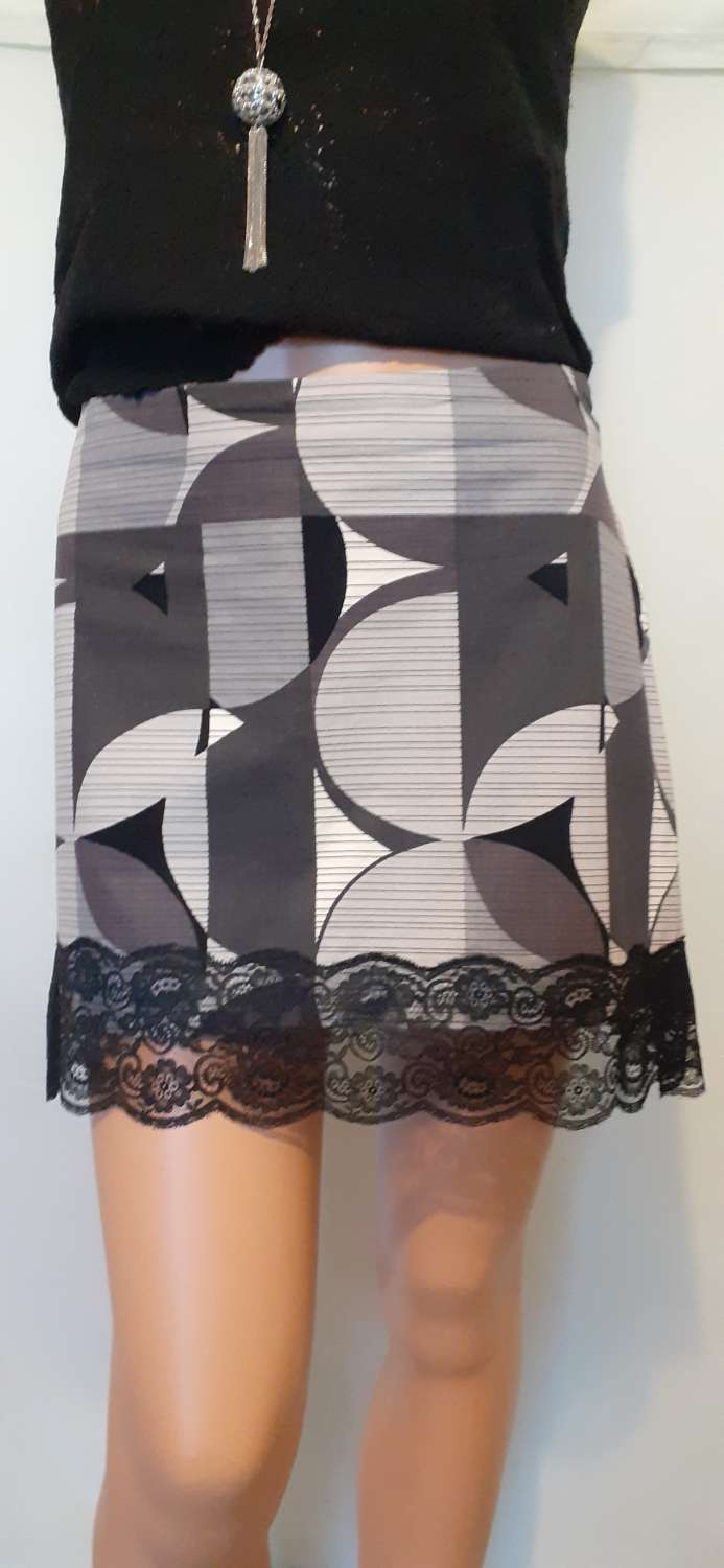 Ladies grey & white cotton skirt with lace, size 14 1